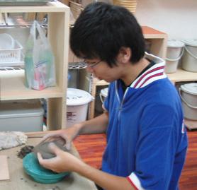 手びねりで陶芸作品を作る