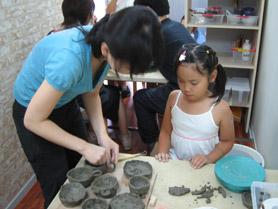 陶芸教室Futabaで陶芸体験の取材撮影している子供たち
