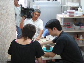 陶芸教室Futabaで陶芸体験の取材撮影しているレポーターの高橋さん