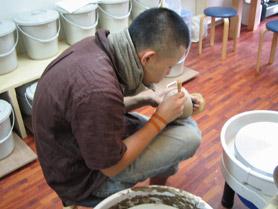 陶芸教室Futabaで手作りカップを制作している会員さん