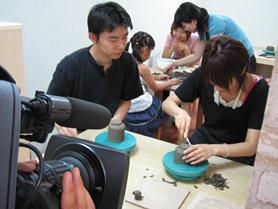 陶芸教室Futabaで手作りカップを制作しているレポーターの高橋さん