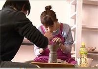 Futabaで電動ろくろの取材撮影している綾瀬はるかさん