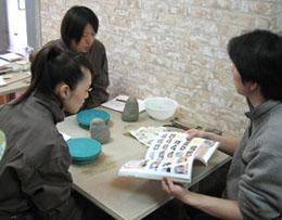 陶芸教室Futabaで陶芸体験の取材撮影しているUCC月刊珈琲人珈琲探検隊