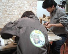 黙々と陶芸制作を続けるUCC月刊珈琲人珈琲探検隊