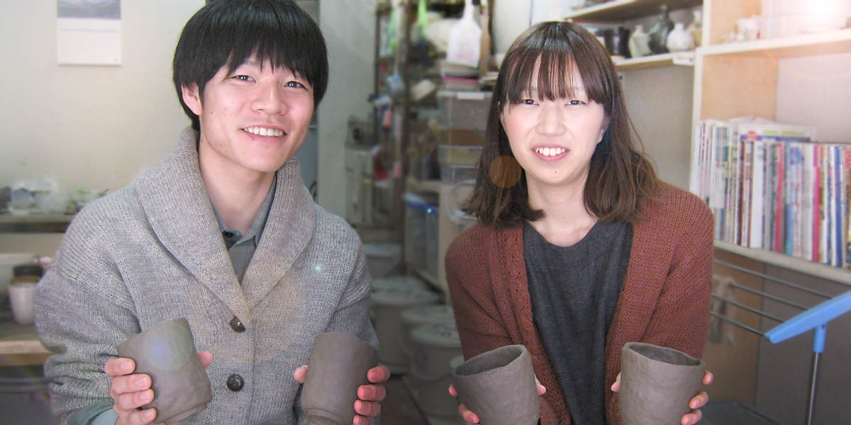 結婚式や同棲生活を始めようとしているカップルの陶芸体験