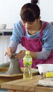CMでのろくろ陶芸体験シーンの撮影をしている綾瀬はるか