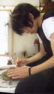 ファンクラブ会報の陶芸体験シーンの撮影をしているケミストリーの堂珍