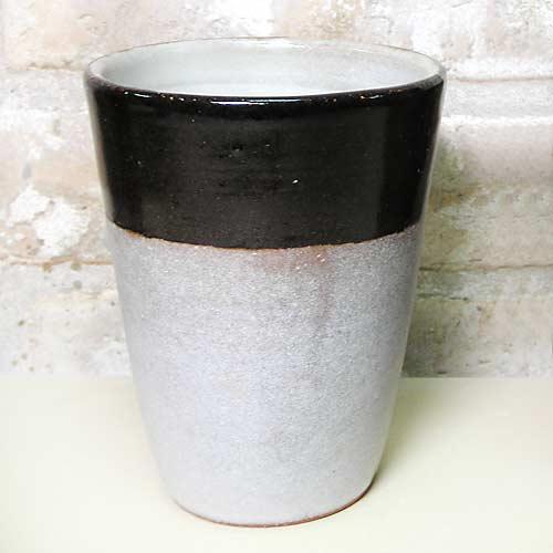 陶芸教室で作ったビール用の白黒の陶器製タンブラー
