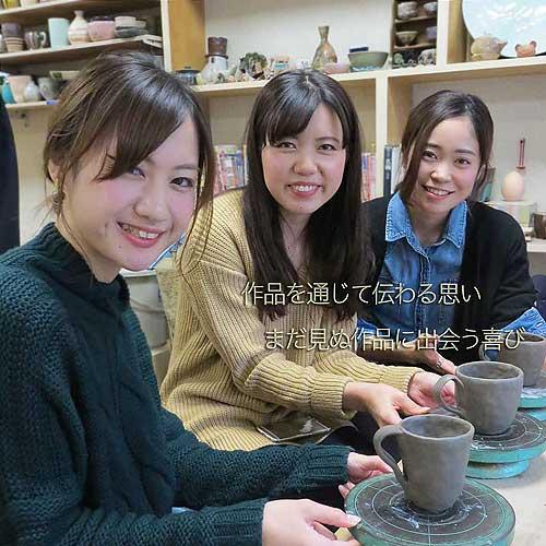 1日陶芸体験で作ったカップを見せて笑顔の女友達