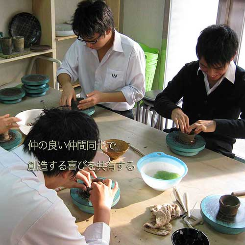 陶芸で自分の食器を制作している中学生のグループ