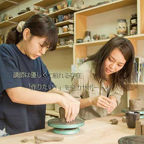初めての陶芸体験で先生に教わる女性
