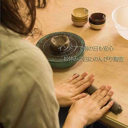 インドアで雨の日に陶芸体験をする女性