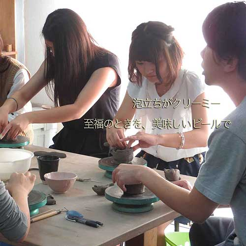 陶芸教室Futabaののんびりできる陶芸体験で真剣に制作する女性