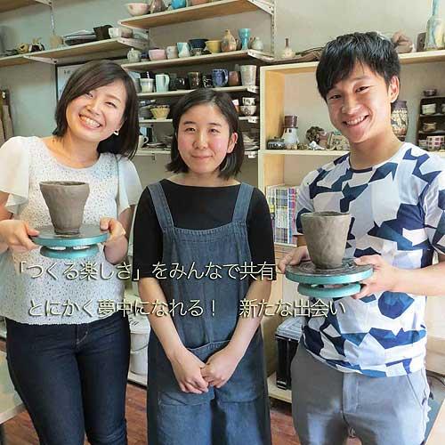 作った後の楽しい思い出を陶芸講師と一緒に記念撮影