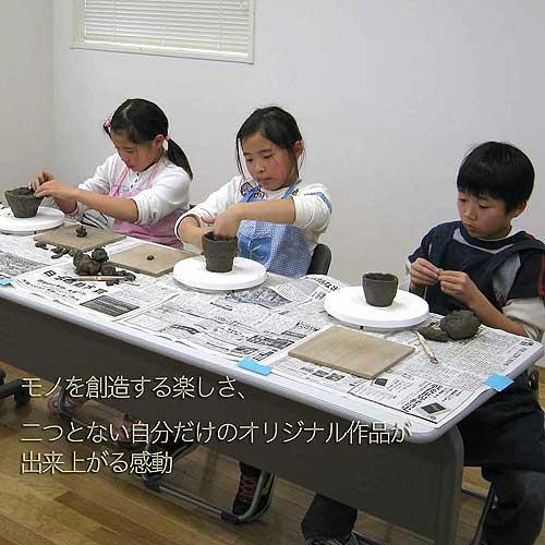 子ども会のイベントで陶芸教室の手びねり出張体験をする小学生