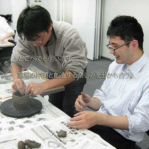 陶芸教室の出張体験で会社の社員が陶芸で楽しむ様子