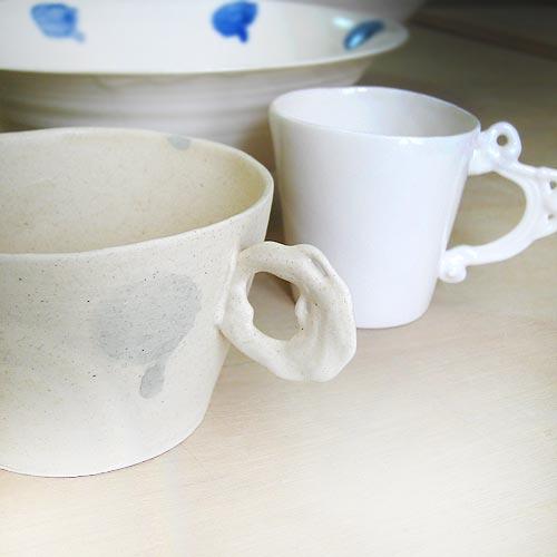 陶芸教室で作った磁土の白いマグカップ