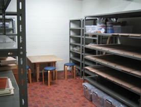 陶芸教室Futabaの地下室にある陶芸制作中の作品保管庫
