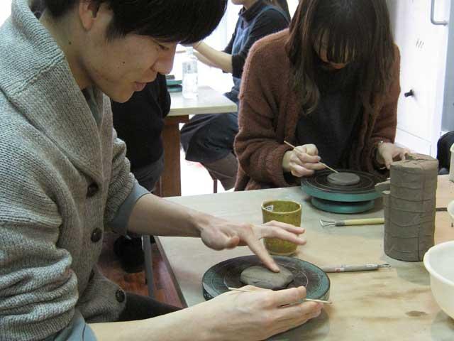 東京都内で体験する・陶芸教室Futabaの湯のみ作りを開始