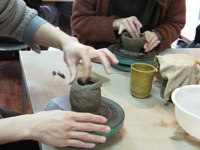 手びねり陶芸体験で湯のみの制作中
