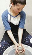 JILL雑誌でのろくろ陶芸体験シーンの撮影をしている吉高由里子