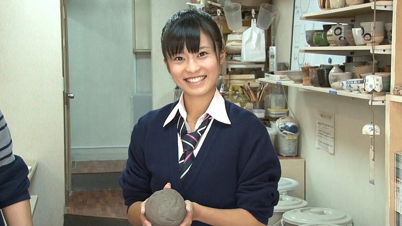 Futabaで電動ろくろの取材撮影している小島瑠璃子