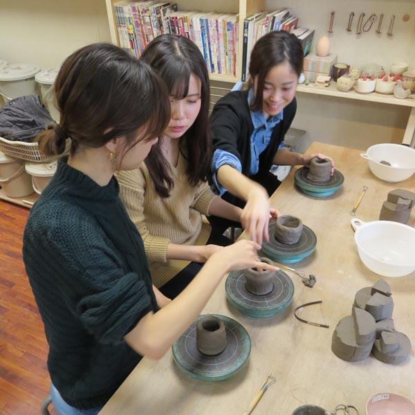 女子会を陶芸教室で開いた若い女性たち