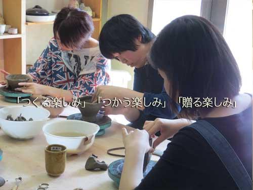 陶芸体験で手作りの贈り物を作るお客さん