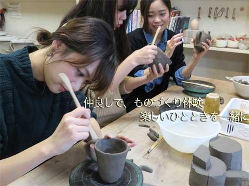 ものづくり体験に参加して楽しいひと時を過ごしている若い女性グループ