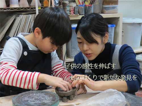 子供の感性を伸ばす教え方をする陶芸家と生徒の少年