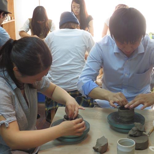週末のデートで陶芸体験を楽しんでいる若いカップル