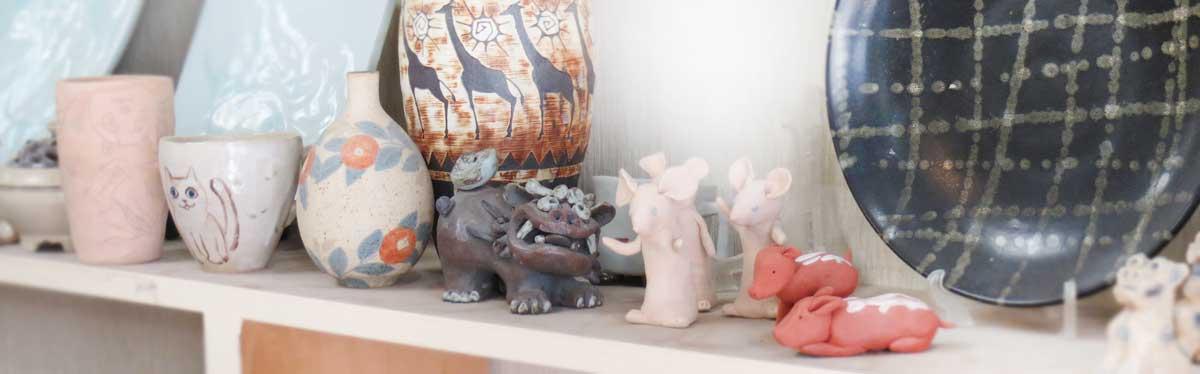 陶芸作品が並んでいる棚