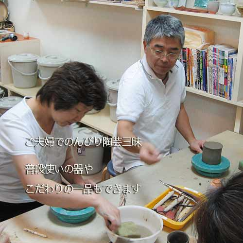 シニアのご夫婦が一緒に陶芸をしている様子