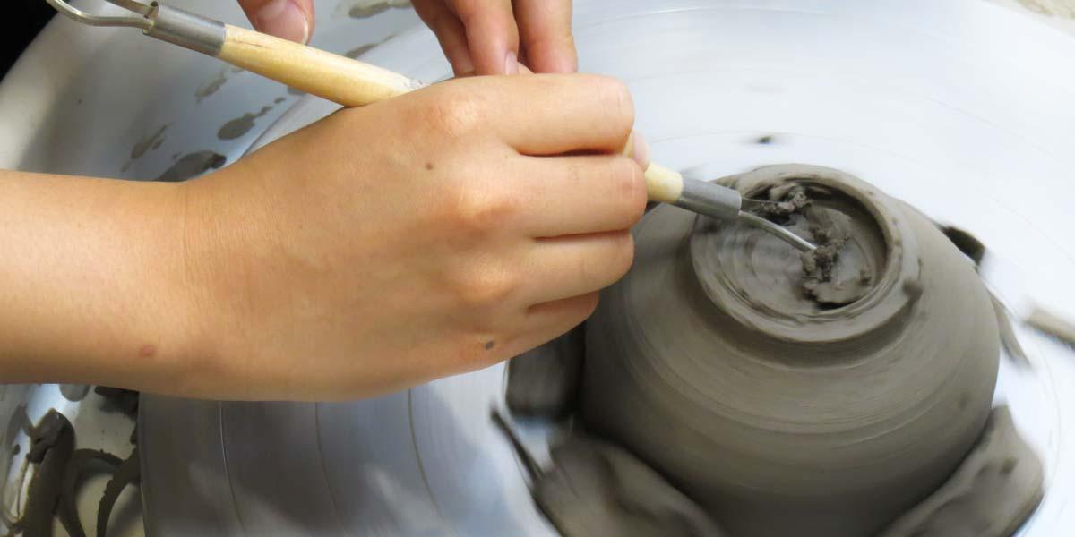 電動ろくろでお茶碗の高台を削っているところ