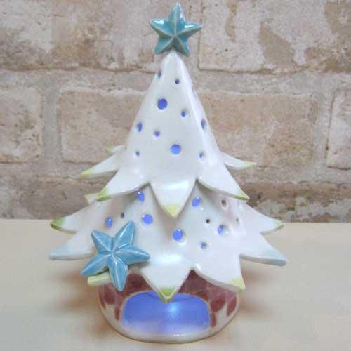 陶芸教室の陶芸体験プランで作った青く光ったクリスマスツリー