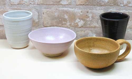 陶芸体験の参加で作ったお茶碗やコーヒーカップの見本