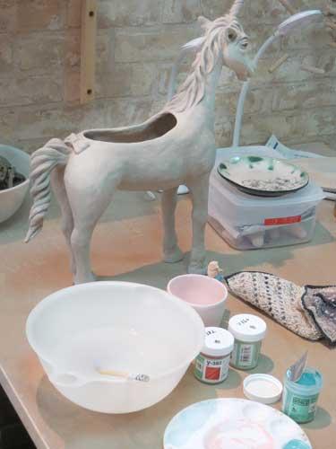 陶芸教室の会員さんが焼き物を作っている最中の机の上