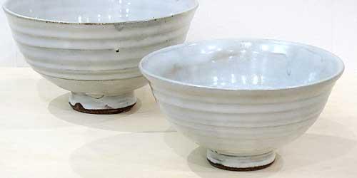 電動ろくろで作った白い端正な茶碗