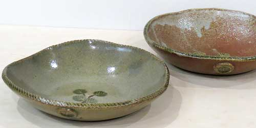 手びねりのタタラ作りで成形した葉の柄付きの小鉢