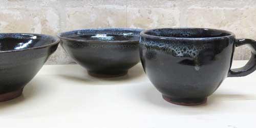 黒で渋みのある本格的な手作りのコーヒーカップ