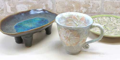 陶芸教室の会員さんが作った細かい花びらの柄が美しいお皿とカップ