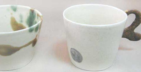 白色の可愛い手作りのマグカップ