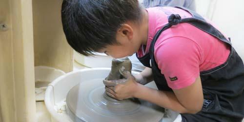 陶芸教室の会員コースで電動ろくろをする男の子