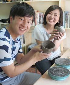 陶芸教室の陶芸体験デートプランに参加したカップル