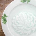 椿を彫り込んだ磁器の青白いお皿