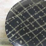 陶芸教室の陶芸体験プランで作った黒地に白い斑点がついた大皿