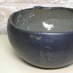 内側が緑で外が黒の水を入れる鉢