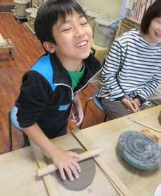 親子で陶芸体験に参加して笑顔で楽しむ様子