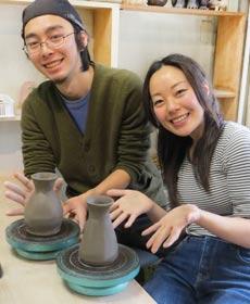 陶芸教室の陶芸体験デートプランに参加した2人のカップル