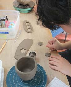 箸置きを型抜き制作する女性